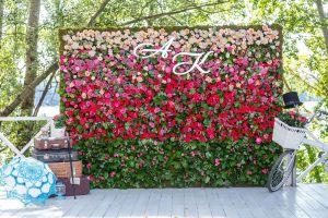 Стена из цветов для фотозоны