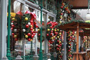 Новогодние венки на окна кафе
