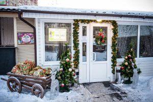Новогоднее украшение площадки перед кафе