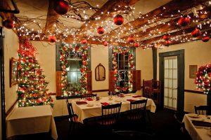 Новогоднее оформление потолка в ресторане
