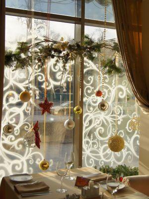 Новогодний декор окон в кофейне