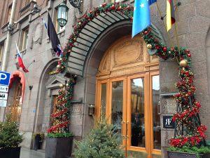 Новогоднее украшение фасада отеля