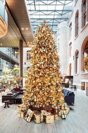 Новогодняя ель в лобби отеля