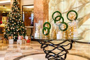 Новогоднее украшение лобби в отеле