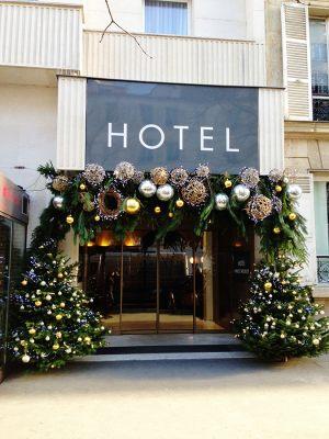 Новогоднее оформление входа в гостиницу