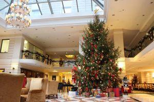 Оформление холла в отеле к новому году