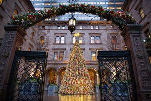 Новогодняя елка перед отелем