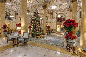 Новогодний декор лобби в гостинице