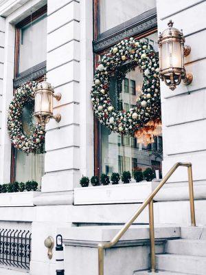 Декор окон отеля на новый год