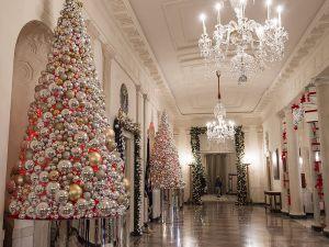 Новогоднее украшение холла в отеле
