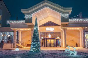 Новогоднее оформление площадки перед гостиницей