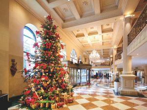 Новогодняя ель в холле гостиницы