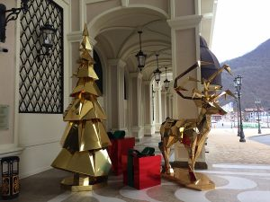 Новогодний декор входа в отель