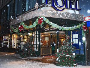 Новогоднее оформление фасада гостиницы