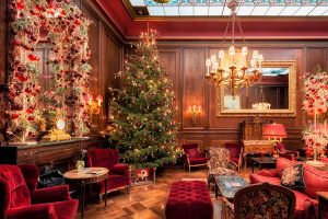 Новогоднее украшение лобби в гостинице