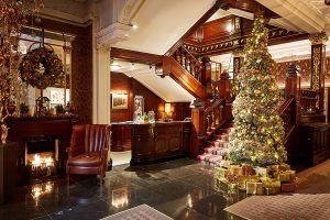 Декор холла в отеле к новому году