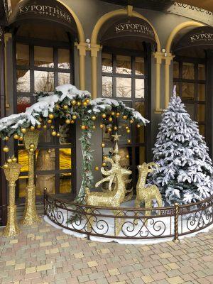 Новогоднее украшение входа в гостиницу