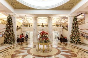Новогоднее оформление холла в гостинице