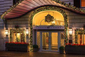 Новогодний фасад гостиницы