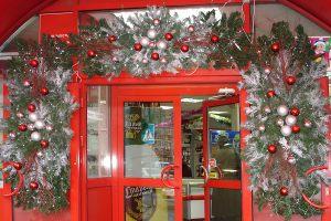 Новогоднее оформление фасада магазина