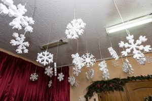 Декор школьного потолка снежинками