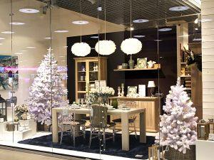 Новогодняя елка в витрине магазина