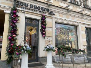 Новогодний декор фасада магазина