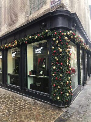 Новогодний декор витрин магазинов