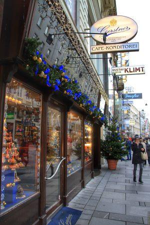 Новогоднее украшение витрин магазинов