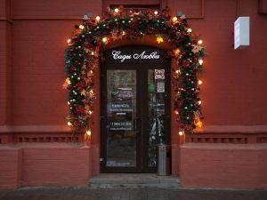 Новогоднее украшение фасада магазина